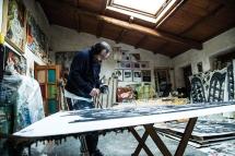 Alessandro mentre dipinge nel suo atelier. Foto di Ginevra D'Archi