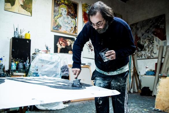 Alessandro nel suo atelier mentre dipinge. Foto di Ginevra D'Archi