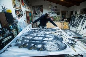 Alessandro sistema una tela nel suo atelier. Foto di Ginevra D'Archi